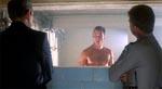Burke passes op af den nederdrægtige warden i baderummet.