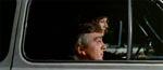 Et eksempel på én af filmens komiske elementer - Daly må sidde i det defekte passagersæde i Brezzis bil