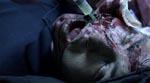 En læge blandt de indespærrede forsøger at hjælpe de sårede