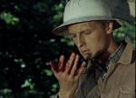 Svend Viltorft (Bent Mejding) lugter til hånden, før han kan konstatere, at det faktisk er blod