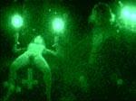 Drusse og Bulder overværer en satanisk messe - det grønne filter bruges til at vise den onde krafts POV