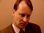 """Idiotisk land"" - Helmers svenske advokat (Stellan Skarsgaard) hader Danmark lige så meget som Helmer"
