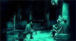 Noget inde i huset betragter soldaterne, repræsenteret ved et blåtonet POV-shot