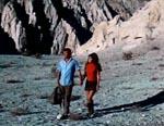 Johnny og Tracy på flugt gennem ørkenen