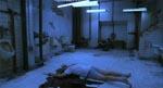 Toilettet, hvor meget af filmens handling foregår - det er Adam i baggrunden.