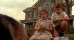 Bo (Abigail) og Morgan (Rory Culkin) sammen med familiens hund - læg mærke til vinklen; dette er bare ét af filmens mange low angle shots