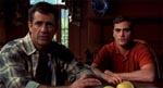 Graham (Mel Gibson) og Merrill (Joaquin Phoenix) får sig en snak med den lokale sherif tidligt i filmen