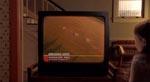 Nyhederne om korncirkler over hele verden begynder at dukke op. Generelt spiller TV'et en væsentlig rolle i filmen, som den måde familien får sine (dårlige) nyheder på - et tydeligt nik til 9/11