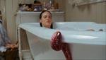 En af de røde 'snegle' på vej op i badekarret til Kylie (Tania Saulnier).