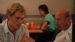 Bob (Tom Schanley) og inspektør Danesi (Donald Pleasence) diskuterer sagen