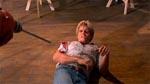 Morderen kommer efter Bob med en boremaskine i filmens klimaks