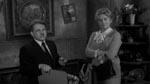 Advokaten Schlocker (Karl Schanzer) og Tante Emily (Carol Ohmart)
