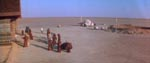 Jawaerne gør klar til at sælge nogle droids - det er på gården i baggrunden, at Luke Skywalker bor i begyndelsen af filmen.