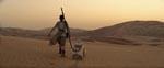 Rey og BB-8 på ørkenplaneten Jakku.