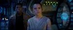 Daisy Ridley i rollen som Rey. I baggrunden John Boyega som Finn.