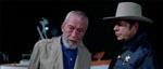 Ned Turner (John Huston) og lillebyens sherif diskuterer sagen
