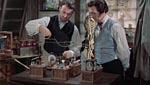Paul (Robert Urquhart) og Frankenstein (Peter Cushing) eksperimenterer