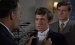 Simon Aron (Patrick Mower) forhøres af vennerne