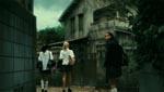 Skolepigerne ankommer til det forbandede hus.