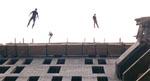 Konstruktionsarbejdere kaster sig ud fra bygningen