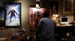 David i færd med at male i filmens begyndelse. Bemærk 'The Thing'-plakaten til venstre og referencen til Kings 'Dark Tower'-romanserie i det maleri, David er ved at male