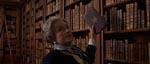 Baronesse Kessler (Barbara Jefford) er i besiddelse af én af eksemplarerne af 'De ni døre'
