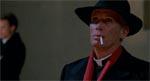 Peter Weller leverer en grotesk karikeret præstation som kardinal Driscoll