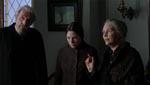 De tre tjenestefolk, der pludselig dukker op. Særligt Finnoula Flanagan (længst til højre) er glimrende.