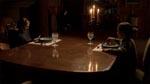 Børnene spiser middag i den dunkle belysning, der er karakteristisk for alle børnenes scener.