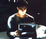 Darkly (Brendan Fraser) studerer sin hemmelige madkasse