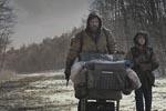Manden og Drengen på vejen i filmens begyndelse