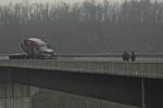 På én eller anden måde gør den enlige lastbil landskabet endnu mere trøstesløst, end hvis den ikke havde været der. Bemærk i øvrigt farveholdningen - sådan ser 'The Road' ud igennem hele filmen