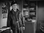 Captain Hendry (Kenneth Tobey) lige efter ankomsten til polarbasen