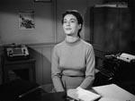Den yndige Nikki (Margaret Sheridan), som Captain Hendry har noget kørende med