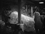 Isblokken med rumvæsnet slæbes ind på basen