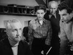 Den skurkagtigt naive videnskabsmand Dr. Carrington (Robert Cornthwaite, til venstre) briefer sine kolleger