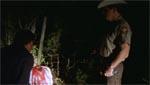 I én af filmens længste indstillinger glor Cliff og sheriffen apatisk på det halshuggede lig af en fyr, der tidligere hjalp Cliff. Gaaaaab...