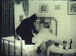 En mand i gorilladragt og Bing i brudekjole