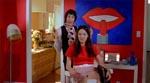 Barbi hos filmhistoriens mest bøssoide frisør - overspil i særklasse endnu engang