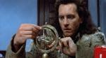 Redferne (Richard E. Grant) med en dingenot, der hjælper ham med at lokalisere heksemesteren.