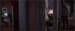 Et eksempel på én af filmens mange anvendelser af spejle: mens Claire går forbi i højre side af billedet ser vi i spejlet til venstre, hvorledes computeren tænder helt af sig selv.