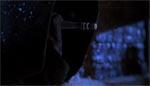 Den kutteklædte person affyrer sit pusterør i filmens prolog.