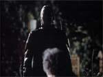 Filmens første zombie stiger op af jorden og overfalder en gammel dame.