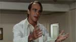 Den grotesk overspillede Dr. Holder (Robert Marius).