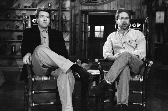 David Lynch (t.v.) og Mark Frost under indspilningen af den oprindelige tv-serie i starten af 1990'erne.