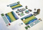 'Wingspan' opstillet og klar til spil med tre spillere. Alle de nævnte komponenter ses på billedet.