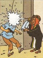 Tintin får sig en smagsprøve på den ulide møgunge Abdallahs narrestreger.