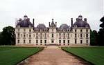 Slottet Cheverny i Loire-regionen i Frankrig var Hergés model for Møllenborg - blot fjernede tegneren det rigtig slots to yderste fløje.